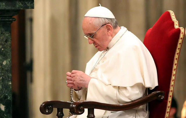 Francis-prays-rosary.jpg